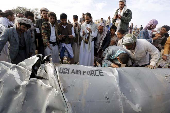 Yemen'de Hursilere yönelik saldırılar sürüyor. Başkent Sanaa yakınlarındaki Bani Harith kentinde düşen bir ABD savaş uçağının yanında Yemenliler.