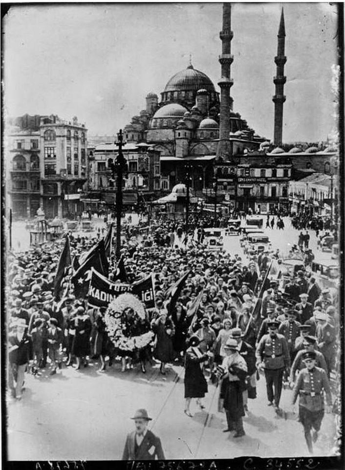 İstanbul'da oy kullanma hakkı için eylem yaparak yürüyen kadınlar (1930)