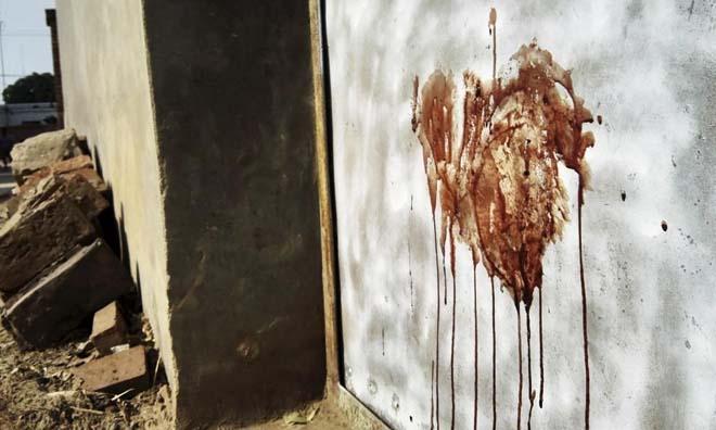 Çin'in Habei bölgesindeki Suning kentindeki çatışmalarda çok sayıda ölü var. İşte ölenlerden birinin duvardaki kan izi.