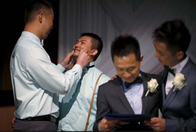 Çin asıllı eşcinseller Song Xiyang VE Fu Zheng California eyaletinin Batı Hollywood kentindeki toplu nikah töreninde.