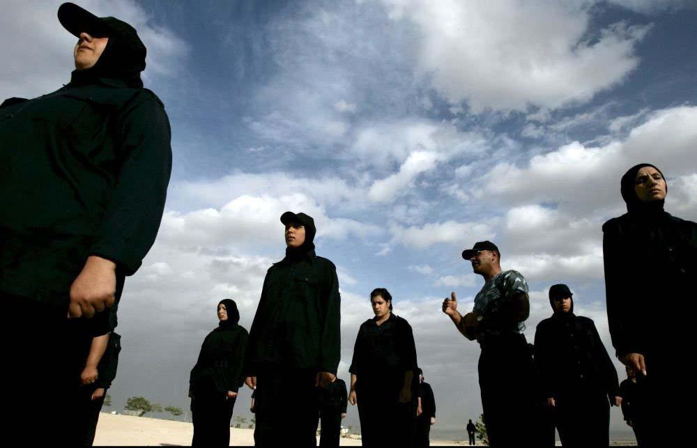 Filistinli güvenlik güçleri Batı Şeria'daki Eriha yerleşim yerinde yer alan eğitim merkezinde üstlerinin anlattıklarını dinliyor.