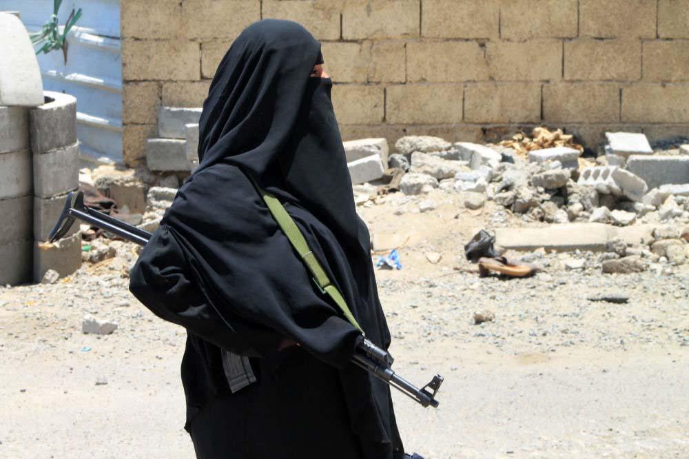 Liman kenti Aden'deki Der Saad bölgesinde silahıyla devriye gezen Yemenli bir kadın.