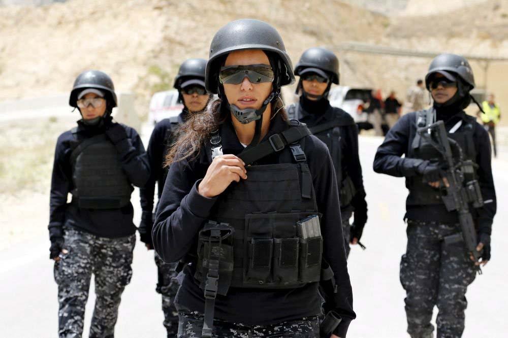 Ürdünlü kadın polisler, 7. Geleneksel Savaşçı Müsabakası'na katılmak için başkent Amman'daki Kral Abdullah Özel Operasyonlar Eğitim Merkezi'nde.