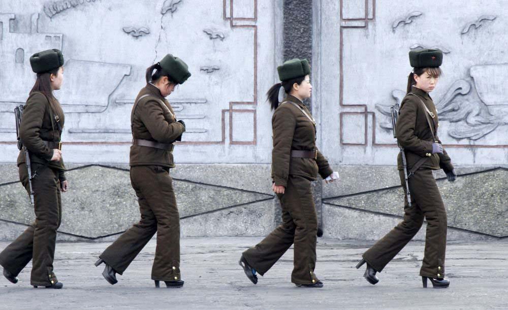 Kuzey Kore askerleri Çin sınırı yakınındaki Yalu Nehri kıyısında devriye geziyor.