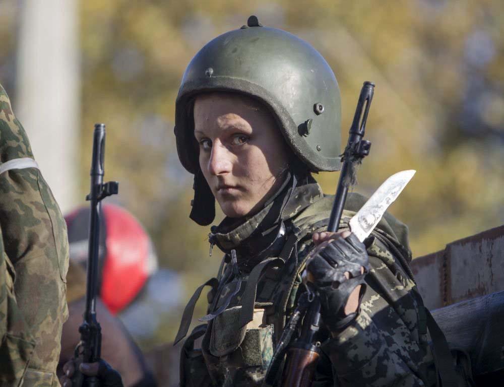 Donetsk Halk Cumhuriyeti'nin kadın askerlerinden biri