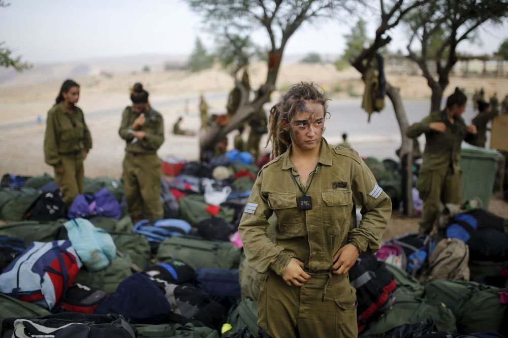 Necef Çölü'ndeki 20 km'lik yürüyüşten dönen İsrailli kadın asker.