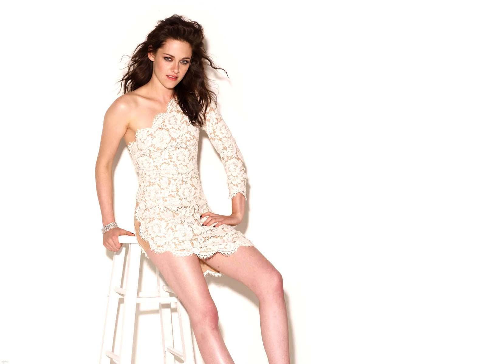 Twilight/Alacakaranlık serisiyle tanınan ABD'li oyuncu Kristen Stewart, Hollywood'daki cinsiyetçilik ve seks sahneleri hakkında açıklamalarda bulundu. 25 yaşındaki oyuncu, bir kadın olarak film endüstrisinde karşılaştığı eşitsizlikleri anlattı.