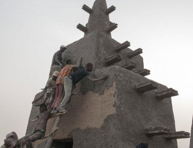 Cenne'deki Büyük Cami, 13. yüzyıldan kalma. Şimdiki haliyle dünyadaki en büyük toprak bina sıfatını taşıyor. İnsanlar tepelere kadar tımanıp çamurla yapıyı sıvıyor.