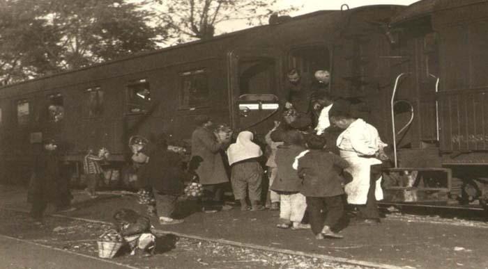 Fotografçı 1928'de Haydarpaşadan atlamış trene. Sapanca'da inmiş ve başlamış fotoğraf çekmeye. Elmasıyla ünlü diyor. Sepetlerindeki elmaları yolculara satmaya çalışan kadınları bu fotografta görebilirsiniz diye de ekliyor. Ve başlıyor uzu