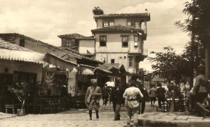 ''Kemal Paşa'nın Türkiye'sinden görüntüler'' diyor resimaltında... Ve ''Başkent olması, Ankara'yı çok canlı bir şehire dönüştürdü'' denilmiş daktiloyla düşülmüş notta.... Bu arada go