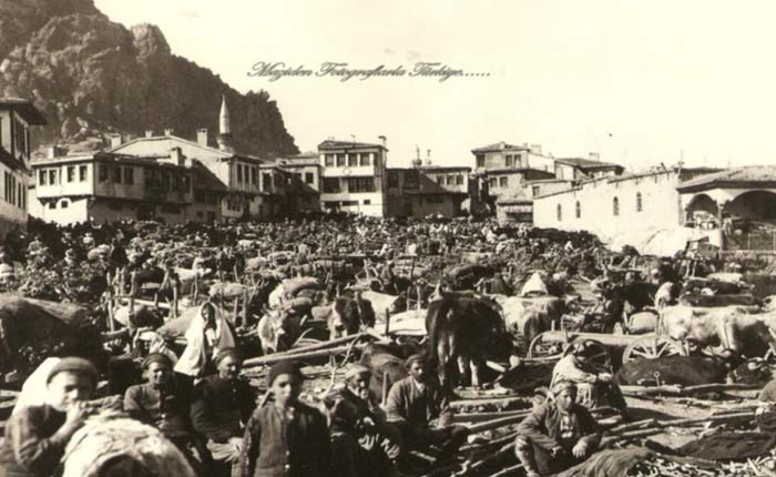Ülke savaştan çıkalı çok olmamış. Getirdiği yıkım sürse de yaşam devam ediyor... Yıl;1924... Pazarda alışveriş zamanı... Foto:George R. King.