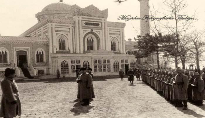 Yıldız Hamidiye Camii… Abdülhamid bir zamanlar cuma namazını burada kılardı. Hatta bir defasında bu binada kendisine suikast girişiminde bulunuldu ama kurtuldu. Bir ''Cuma selamlığı'' törenini gösteren bu fotograf 1922'de yani Ab