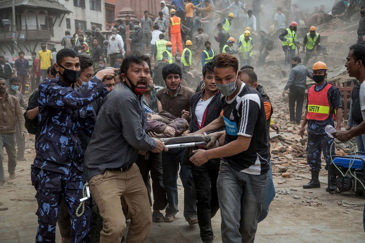 Yerel saatle 11.56'da yerin 15 kilometre altında meydana gelen depremin merkezinin, Katmandu'nun 77 kilometre kuzeybatısı olduğu açıklandı. AFP'nin haberine göre, Nepal polisi, ülkede son 81 yılda gerçekleşen en şiddetli depremde en az 876 kişinin öldüğünü duyurdu.