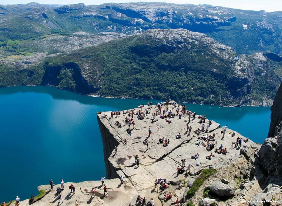 Kuzey ülkesi Norveç Türkiye'nin neredeyse yarısı kadar toprağa sahiptir. Olurda gitmeye karar verirseniz Oslo'da iki havalaanı var. Merkeze uzak olanı seçin hem daha ucuz hem de yolun büyük kısmı orman içinden geçiyor.