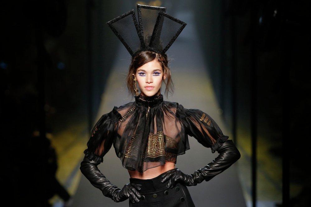 ABD'li manken Kendall Jenner, Fransız Moda Evi Chanel'de Alman tasarımcı Karl Lagerfeld'in Haute Couture Sobahar/Kış 2015/2016 koleksiyonundan bir tasarımı sergiliyor.