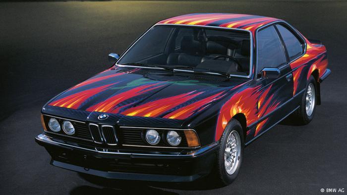 """1982'de iki yeniliğe tanık olundu. Viyanalı sanat profesörü Ernst Fuchs'un tasarladığı BMW daha sonra seri olarak üretilmeye başlandı. Sanatçı eserini şu sözlerle tanımlamıştı: """"Gece otobandan geçerken yanan bir otomobilin üzerinden atlayan bir tavşan görünüyor. İçinde yaşadığımız boyutta ilkel korku ile cesaret rüyasının üstesinden gelinmesi"""""""