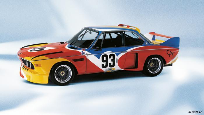 Her şey onunla başladı: 1975'de Fransız otomobil yarışçısı Hervé Poulain, otomobilini sanatçı arkadaşı, Amerikalı heykeltıraş Alexander Calder'e boyattı. O dönem BMW'nin spor araçlardan sorumlu yöneticisi Jochen Neerpasch'ın da desteğiyle firma, 1975'de Le Mans'da düzenlenen 24 saatlik yarışta kullanılan ilk sanatsal otomobilini üretti.