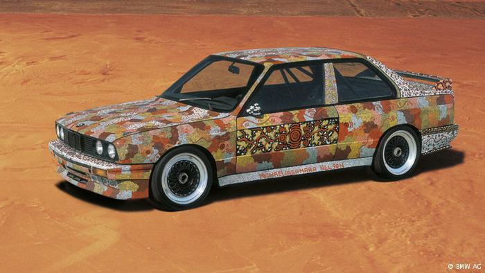 Avustralyalı Michael Jagamara Nelson 1989'da siyah bir BMW'yi yedi günde Papunya sanatına dönüştürdü. Papunya sanatçıları tuvallere renkli kumlarla değişik motifler resmeder. Nelson'un kökü çok eskilere dayanan bu sanatla süslediği otomobille Tony Longhurst 1987'de Avustralya'da şampiyon olmuştu.