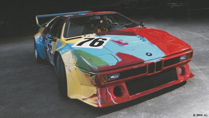 """Andy Warhol 1979'da otomobilini """"Gökkuşağı renklerinin tarlalara yansıyan dışa vurumcu ve sessiz özeti"""" olarak tanımladığı renklere büründürdü. Warhol, otomobili beş dakika içinde boyamayı tasarlamıştı. Ancak görüntü alan kamera ekibi sanatçıdan çok da aceleci olmamasını rica edince eser 28 dakikada tamamlandı."""