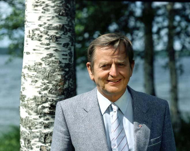 <strong>İsveç'te sanırım uzun yıllar kaldınız… Orada ne işle uğraştınız? Ve şu an ne işle meşgulsünüz? <br/> <strong/>İsveç'te ne kadar süre kaldığıma gelince 13 yıl kaldım. 1978-1991 yılları arası. Bu arada orada Pizzeria restoran işiyle meşgul oldum. Ülkem Türkiye'de 1996 yılından beri bay-bayan giysileri satıyorum. <br/> <strong> 'Olof Palme' cinayete kurban gittiğinde, İsveç'te yaşıyordunuz yani… O zaman size şunu sorayım… O olayda bildiğim kadarıyla; Türkler, Kürtler, İsveç'in kendi vatandaşları da dahil, bir çok kişi hedef gösterilmiş ve suçlanmıştı… Bu konudaki sizin görüşünüz ne, az-çok hatırlarsınız belki? <br/> <strong/>Hatırlamaz olur muyum? O iş göründüğü gibi değil bana göre. Size kısaca kendi fikrimi belirteyim… Bana göre, 'Olof Palme'yi İsveç'in asıl politikasını belirleyen kendi derin güçleri öldürdü. Bunun yapıldığına dair, birçok işaret vardı o günlerde. Sebebine gelince… İsveç, o yıllarda ABD-Wietnam savaşını Uluslararası arenada kendini 'Devlet' olarak markalaştırmak için çok iyi kullandı. ABD Askerlerine; 'savaşa gitmeyin İsveç'e iltica edin' dedi. Göstermelik olarak ABD'ye kafa tuttu. Wietnam haklının yanında yer aldı. Bu sayede üne kavuştu İsveç. Dünya'da insan haklarını savunan, ezilen milletlerin, ezilen insanların yanında, onların tek güvencesi olan ülke imajını yakaladı. Bu unvanı da uluslararası arena da kabul gördü. Ardından en demokratik devlet vb. gibi unvanları da aldı. İşte tam o sırada; 'Olof Palme' markası İsveç'in elde ettiği bu imajına ciddi gölge düşürdü. Ardından, adını yukarıda zikrettiğim o güçler tarafından işlenen bir cinayete de kurban gitti…<br/>